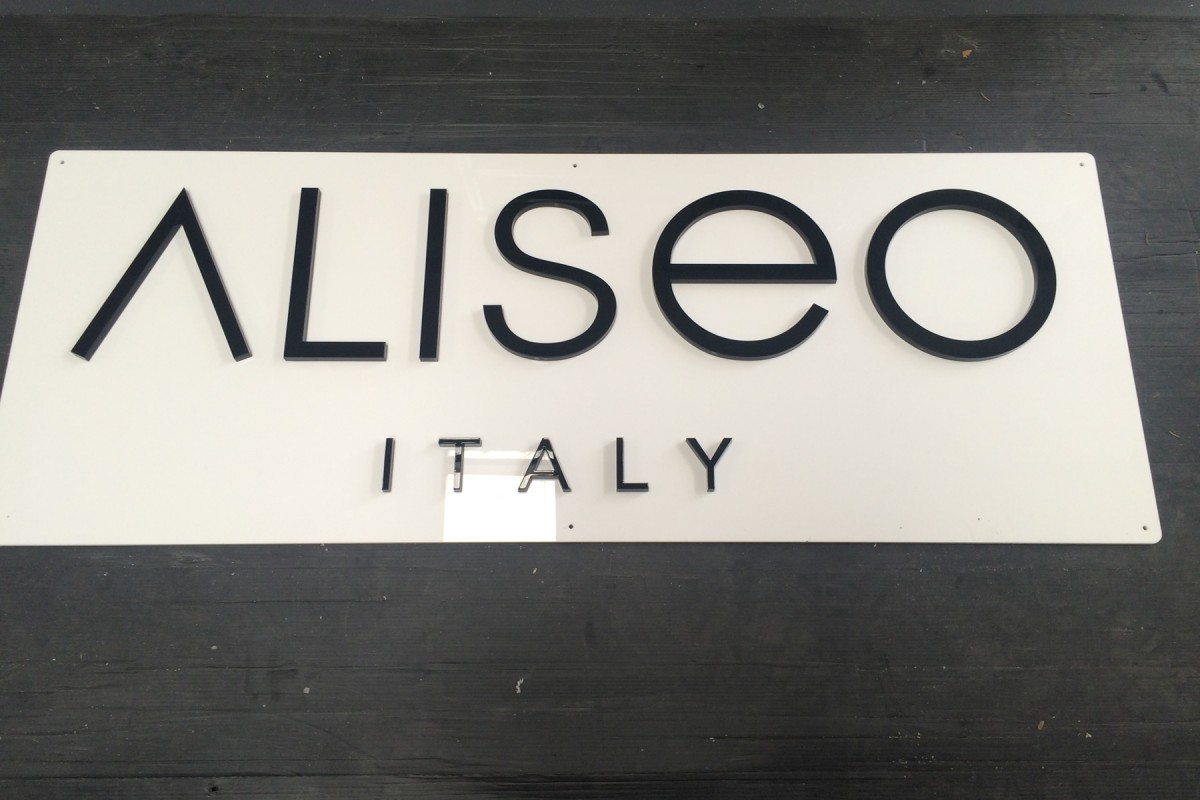 Insegna in plexiglass con logo applicato